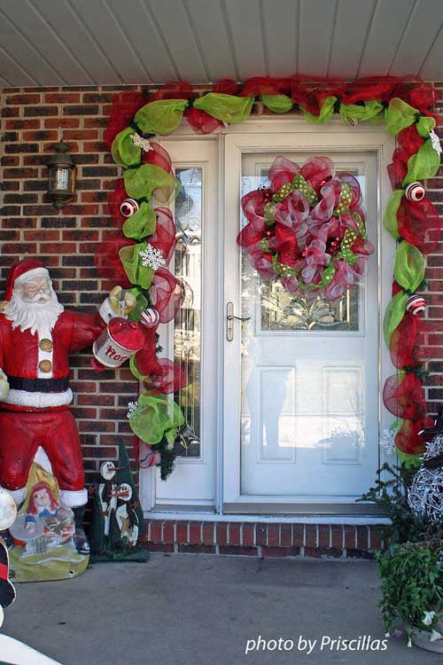 A christmas door decoration for holiday spirit for Door xmas decoration ideas
