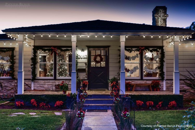 Outside christmas light ideas houses decorated with for Easy front porch christmas decorations