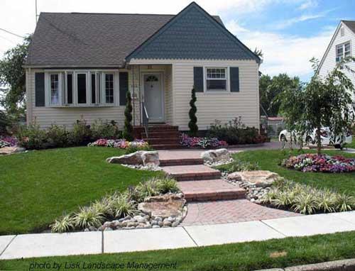 Front yard landscape design after makeover for Front lawn design ideas