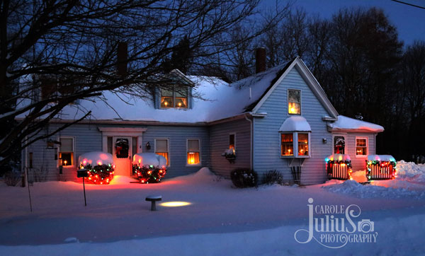 ranch style home decorated with Christmas lights
