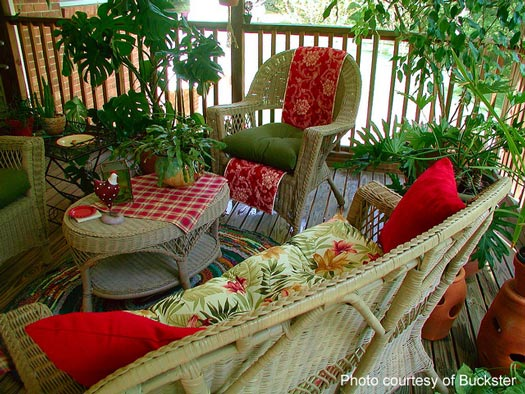 Dawn's screened porch decorated in reds and greens - such a pleasant screened porch