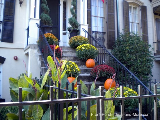 Thanksgiving porch idea: alternate mums and pumpkins on the porch steps