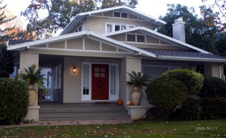 Bungalow porch bungalow style homes arts and crafts for Bungalow roof styles
