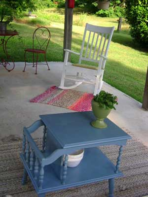 blue table was painted with spray paint - nice!