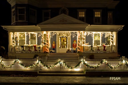 Outdoor christmas decorating ideas for an amazing porch for Simple outside christmas lights ideas